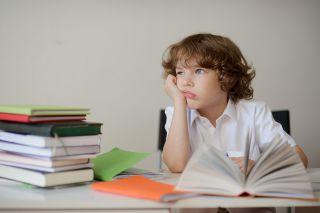 Photo: Kind vor Akten