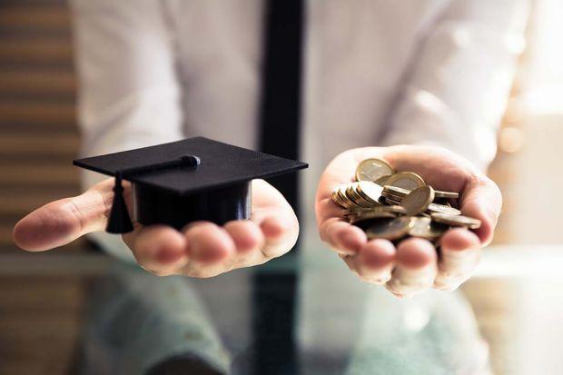 Photo: Geld und Absolventenhut