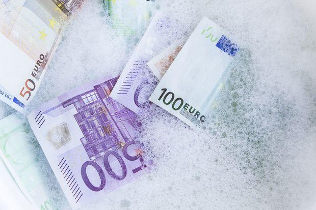 Photo: Geldscheine im Schaum