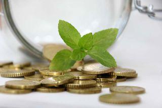 Photo: Münzen fallen aus Glas